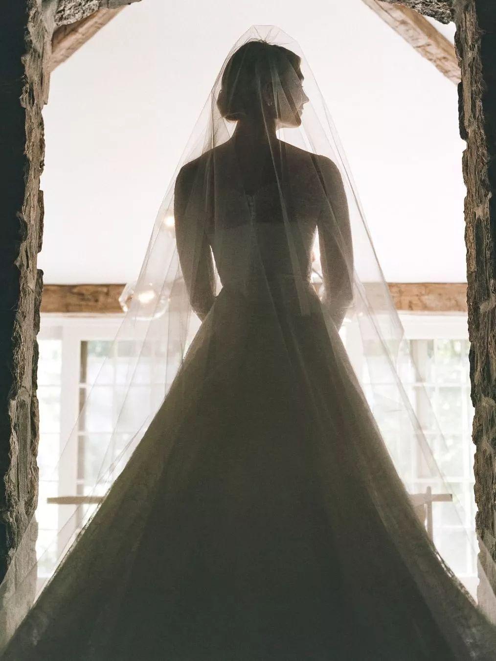 为什么说穿上Dior裙子是每个女孩的梦想?