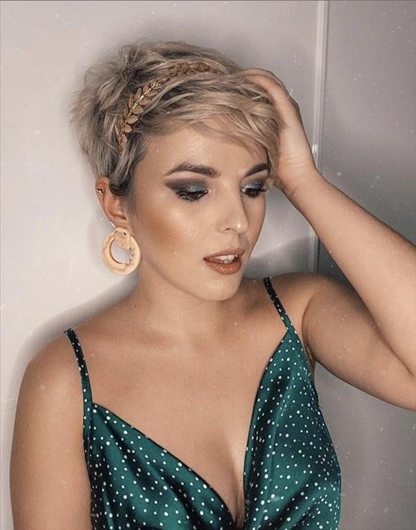 The most fashionable woman short hairstyle for age reduction in 2020