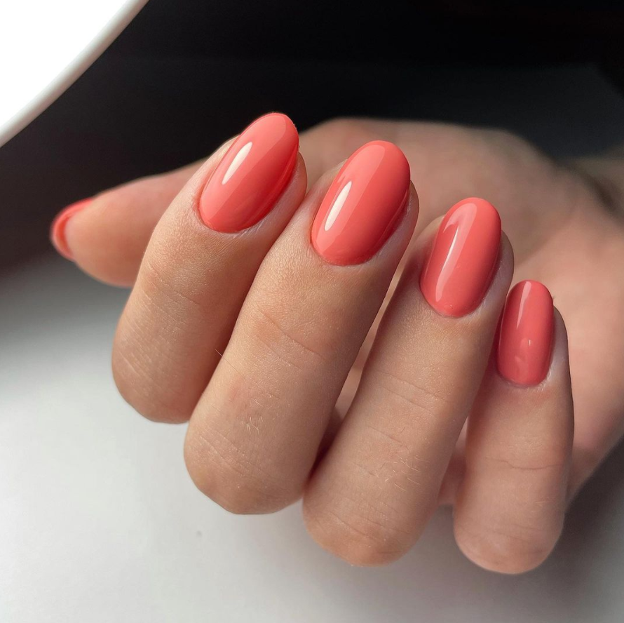 Short acrylic nails show off your beauty with